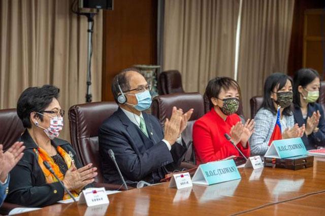 民进党立委范云(右三)担任国家报告发表人。(图源:游锡堃办公室提供)