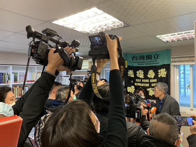 铜锣湾书店在台重启,国内外媒体高度关注。(记者 黄春梅摄)