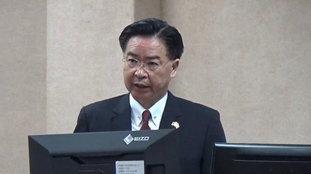 在台湾的外交部长吴钊燮证实,外交部将会遵照上级指示禁用华为手机(资料照)
