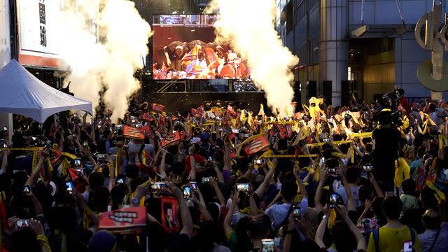 韩国瑜遭罢免,罢韩总部前群众欢声雷动。(记者 李宗翰摄)