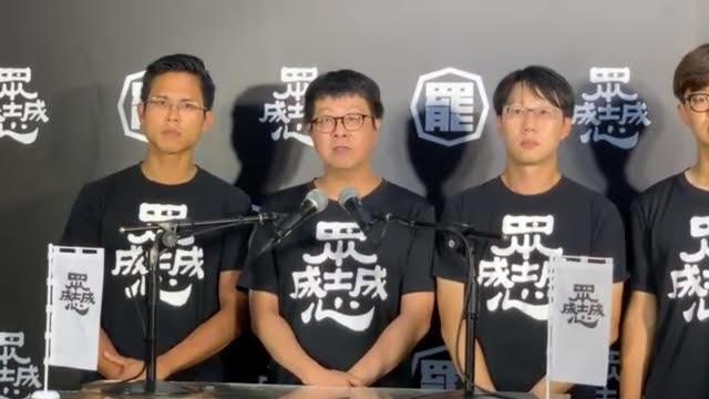 wecare发起人尹立(中)称台湾民主仍脆弱。(记者 黄春梅摄)