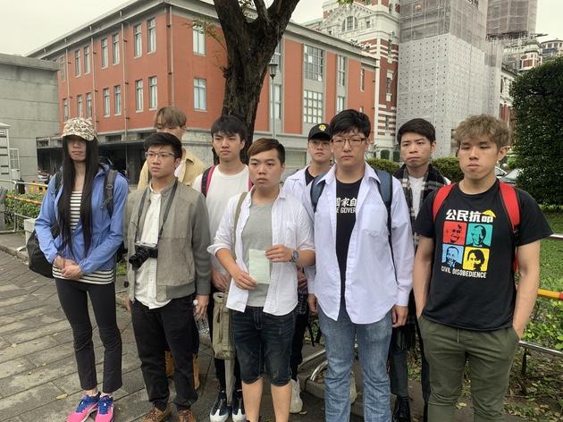 在台港生代表赴总统府递交陈情信。(记者 黄春梅摄)