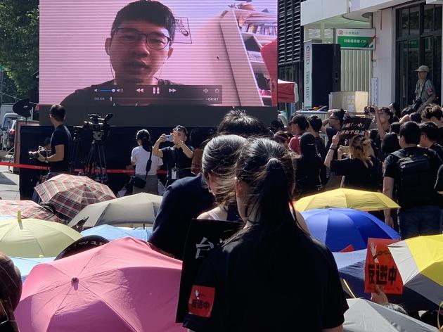 前香港立法会议员罗冠聪透过视频对台湾声援香港发表谈话。(记者 黄春梅摄)