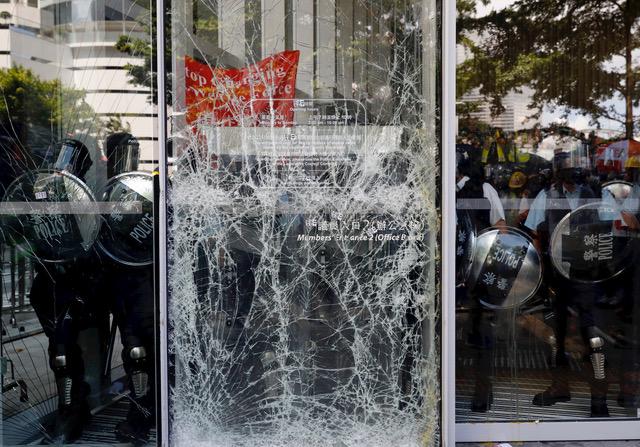 香港示威者七一冲击立法会。(资料照/AP)