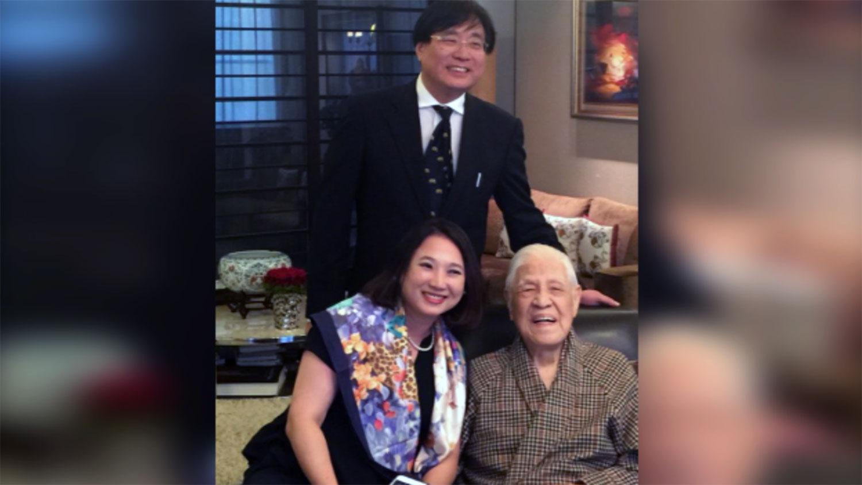 台湾关怀中国人权协会理事长杨宪宏伉俪2018年与李登辉在宅邸留影。(杨宪宏提供)