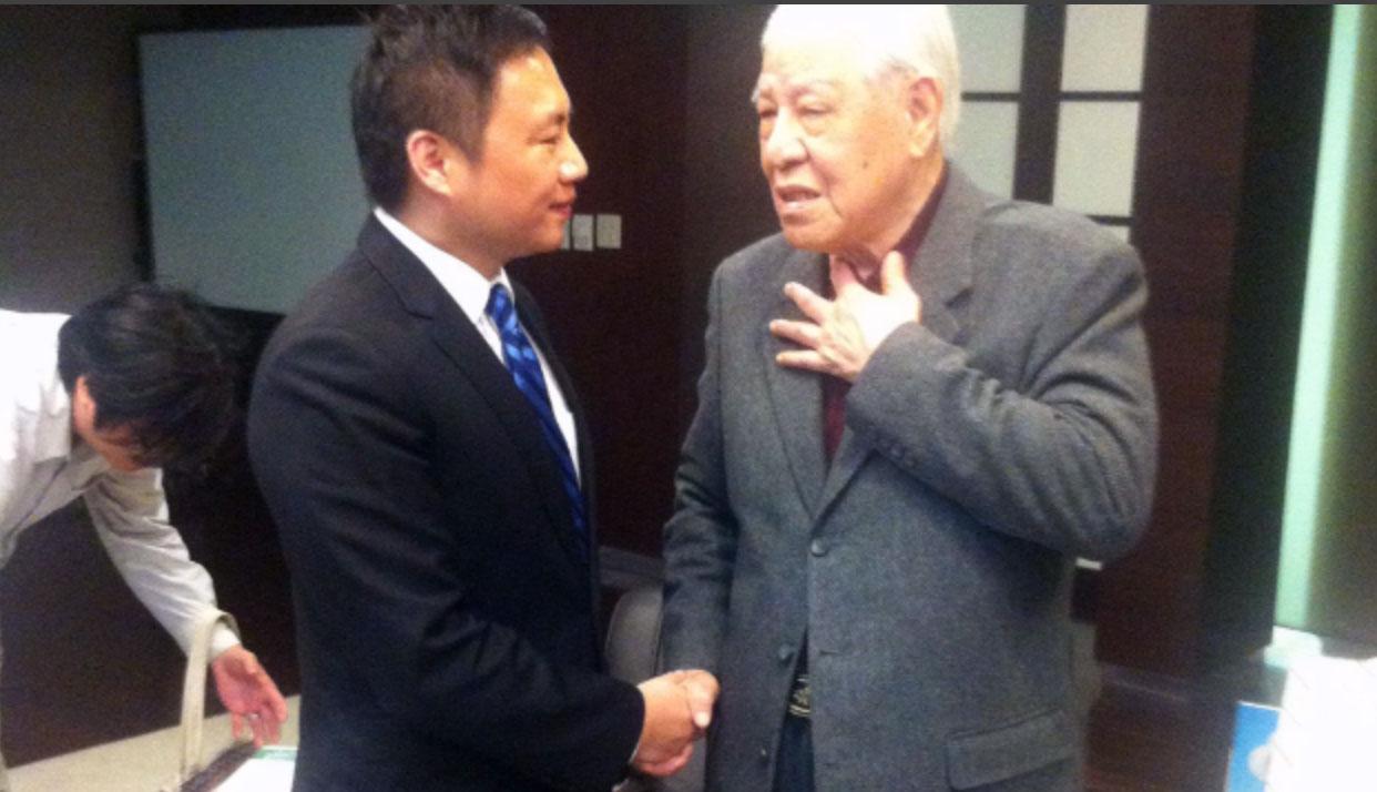 前中国天安门学运领袖王丹与李登辉的合照。(王丹脸书)