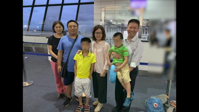 陈建刚一家人在东南亚转机准备前往第三国。(对华援助协会提供)