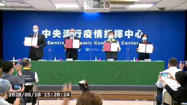 美国卫生部长阿札(左二)与台湾卫福部长陈时中(右二)共同见证台北签署双边合作备忘录。(台湾疾管署提供)