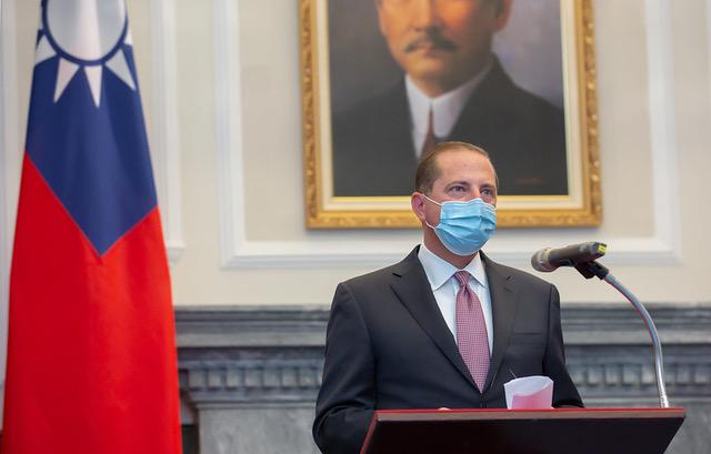 美国卫生部长阿札致词时哀悼前总统李登辉逝世,并推崇其为民主之父。(总统府提供)