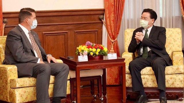 台湾外交部长吴钊燮(右)在台北宾馆与美国国务院次卿克拉奇会面。(外交部提供)