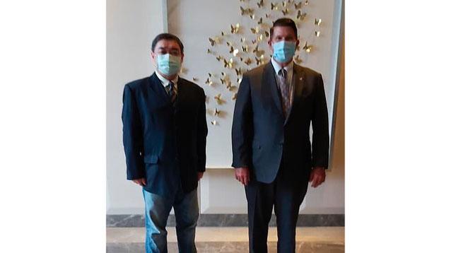 美国国务院次卿克拉奇主持美台民主对话,吾尔开希(左)受邀参加。(图源:AP)