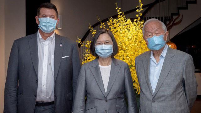 台湾总统蔡英文在官邸宴请美国国务院次卿克拉奇(左),台积电创办人张忠谋(右)作陪。(总统府提供)