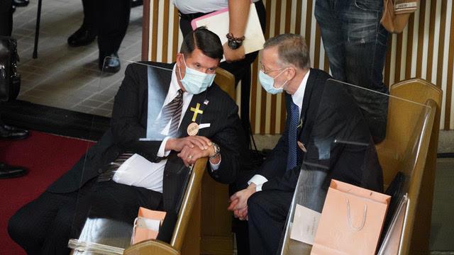 美国国务院次卿克拉奇(左)与美国在台协会台北办事处长郦英杰(右)出席李登辉追思告别礼拜。(图源:路透)