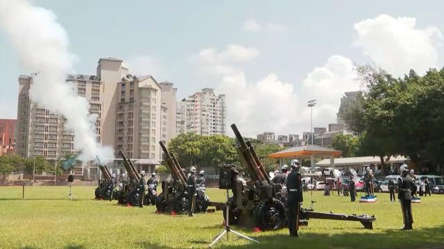 国防部礼炮连鸣放21响矧炮向前总统李登辉致意。(截图自台湾总统府直播)
