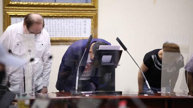 国民党主席江启臣承认败选,率党务主管鞠躬致意。(中国国民党提供)