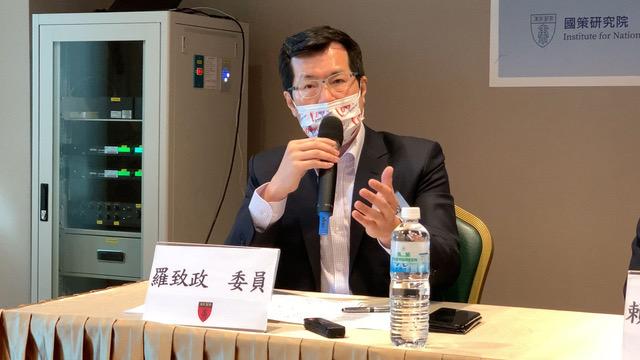 台湾民进党国际部主任罗致政说明萧美琴受邀过程。(记者 黄春梅摄)