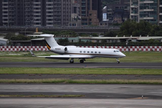 杜德访问团一行人搭乘专机抵达台北松山机场。(中央社提供)