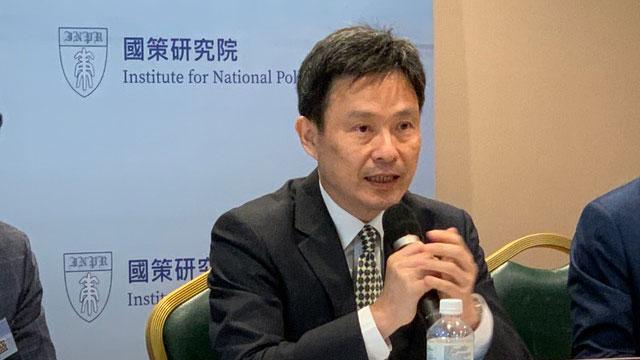 台湾国防大学中共军事事务研究所所长马振坤指出,辽宁舰与美国罗斯福号航母,最近仅距离400公里。(记者 黄春梅摄)