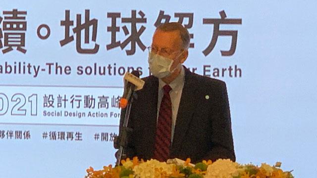 美国在台协会台北办事处长郦英杰说明美台在环保议题有悠久合作历史。(记者 黄春梅摄)