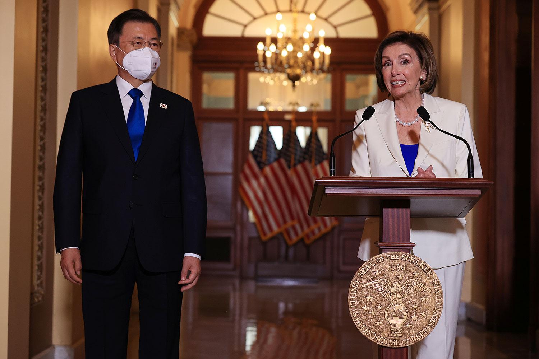 2021年5月20日,韩国总统文在寅与美国众议院议长佩洛西,在美国华盛顿举行的美国国会大厦的会议上讲话。(路透社)