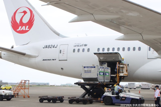 日本捐赠124万剂AZ疫苗4日载送抵台。(台湾疫情指挥中心提供)