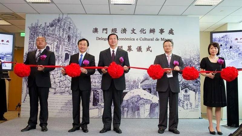 2011年6月30日中华民国政府同意港澳政府来台设立综合性办事机构,澳门特区政府并于同年12月2日在台设立官方机构澳门经济文化办事处。(在台湾澳门经济文化办事处官网)