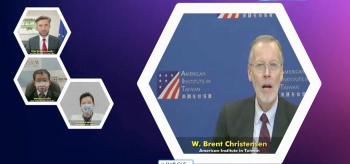 """AIT台北办事处长郦英杰在""""科技产业全球供应链合作论坛""""致词,提及美国捐赠台湾疫苗。(取自会议画面)"""