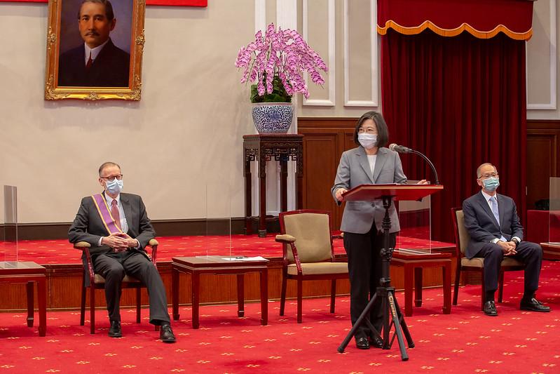 """台湾总统蔡英文颁赠美国在台协会台北办事处长郦英杰""""大绶景星勋章"""",并致词。(台湾总统府)(photo:RFA)"""