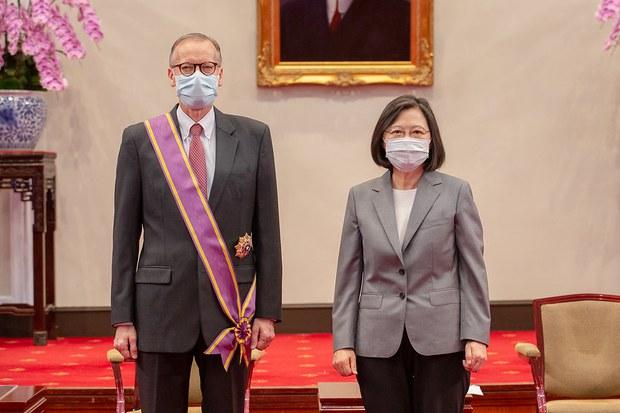 """台湾总统蔡英文25日颁赠""""大绶景星勋章""""给美国在台协会台北办事处长郦英杰。(photo:RFA)"""