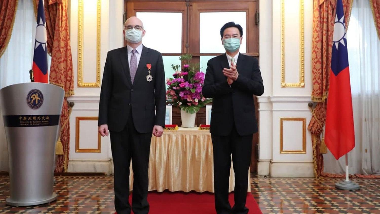 美国在台协会副处长谷立言(左)接受台湾外交部长吴钊燮(右)颁赠睦谊外交奖章。(台湾外交部提供)(photo:RFA)