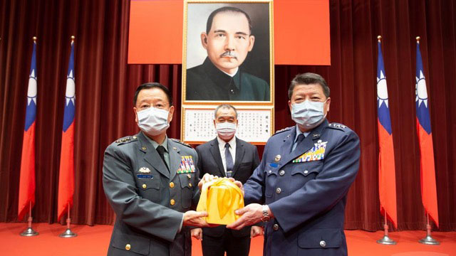 臺灣國防部前副部長張哲平(右)今年7月初調任國防大學校長。(截圖自軍聞社資料照)
