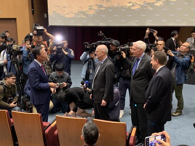 郭台铭(左一)与AIT主席莫健(右二)针对2020总统选举交锋。(记者 黄春梅摄)