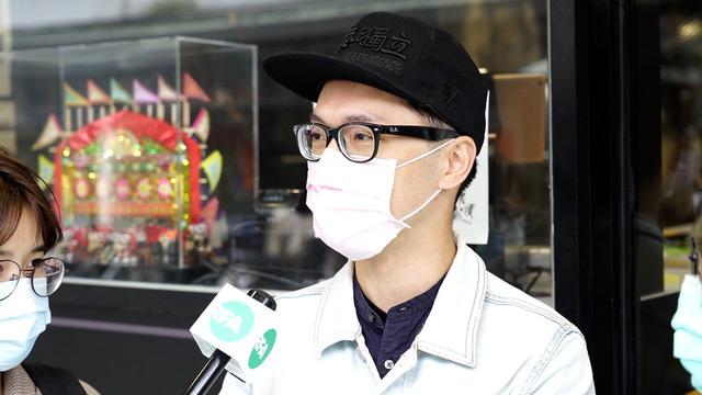 """戴着""""香港独立""""棒球帽的许先生以行动撑香港。(记者 李宗翰摄)"""