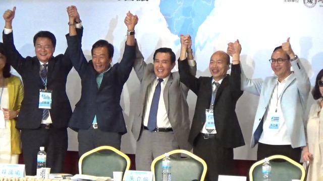 有意参选总统的郭台铭(左二)、韩国瑜(右二)、朱立伦(右一)同台座谈。(记者 黄春梅摄)