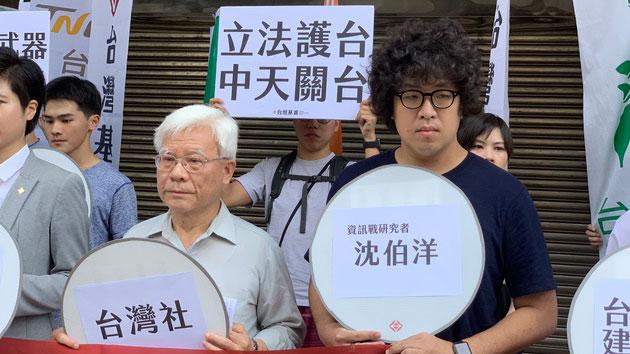 """资讯战略学者沈伯洋(右一)表示,应透过立法将中国假新闻附注""""中国制造""""。(记者 黄春梅摄)"""