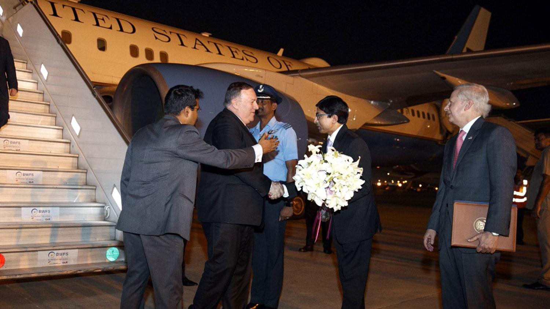 资料图片:美国国务卿蓬佩奥抵达印度新德里时,时任印度外交部美洲司司长(左二)送花迎接。(AFP)