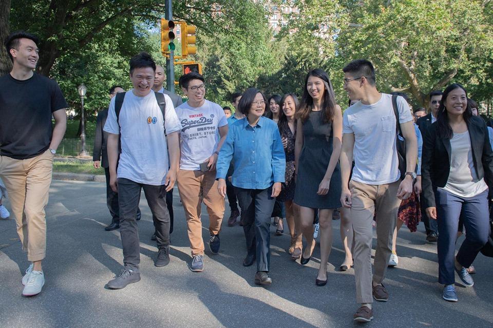 资料图片:2019年7月13日,蔡英文与海外台湾年轻人ㄧ起在纽约中央公园快走,话家常。(图源:蔡英文脸书)