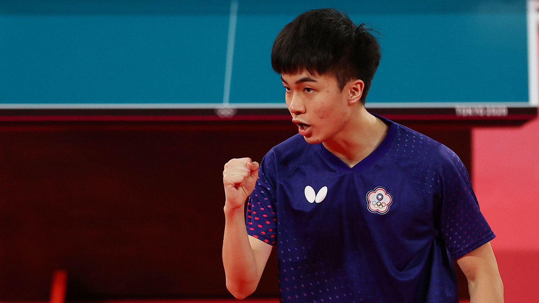 台湾乒乓选手林昀儒握拳为自己打气。(路透)