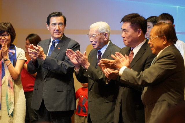 郝柏村缺席新书发表会,现场宾客为其百岁生日庆生。(记者 李宗翰摄)
