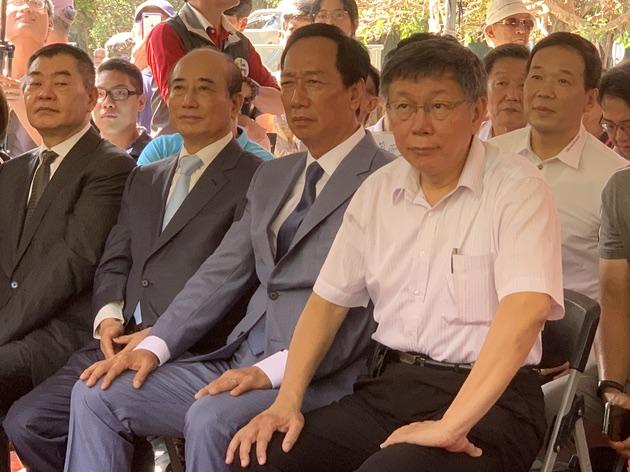 鸿海集团创办人郭台铭与前立法院长王金平、台北市长柯文哲823纪念活动合体亮相。(记者 黄春梅摄)