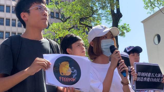 港生文庭山绘制插画,示威者拿伞对抗国家武器。(记者 黄春梅摄)