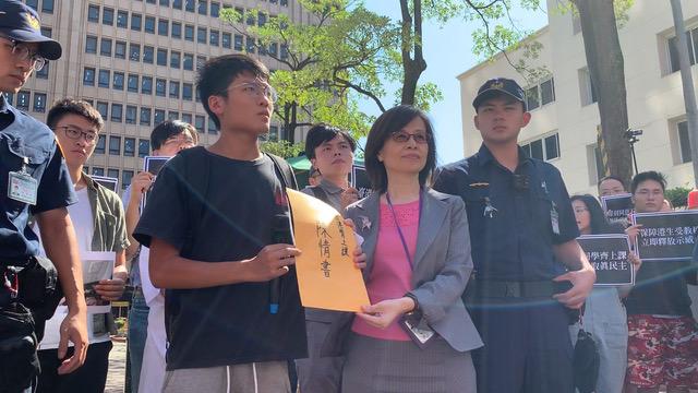 学生团体递交陈情书给陆委会港澳处长杜嘉芬。(记者 黄春梅摄)