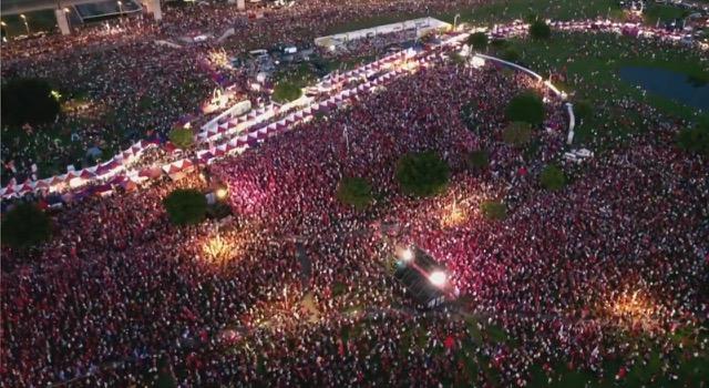 韩国瑜周日大造势,主办单位称涌入35万人。(截图自网络)