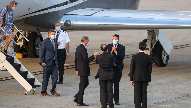 美国国务院次卿克拉奇访台,美台官员机场迎接。(路透社)