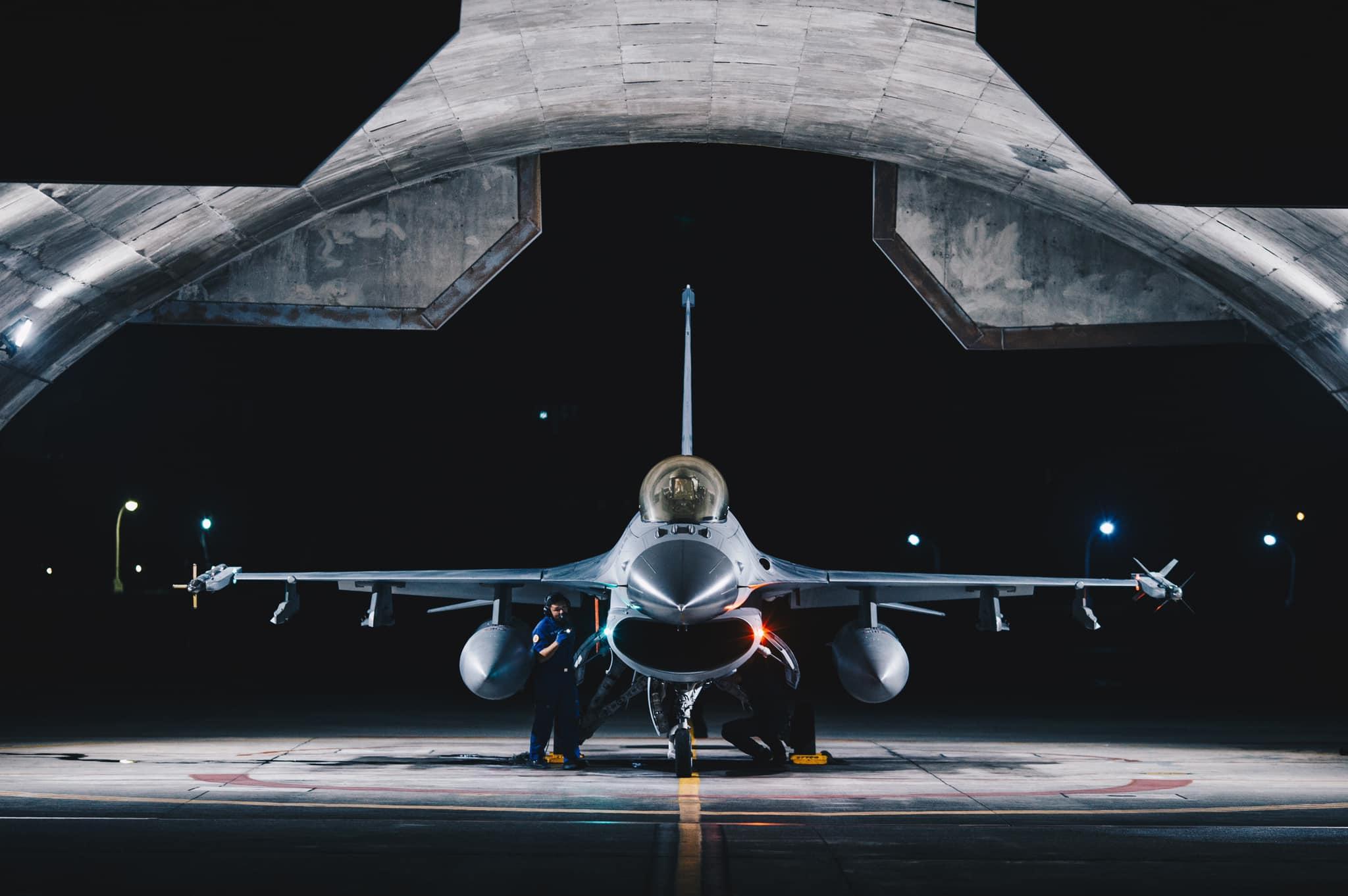 台湾国军进行「联合防空作战训练」。图为空军F-16战机在花莲待命起飞。(截图自国防部发言人脸书)