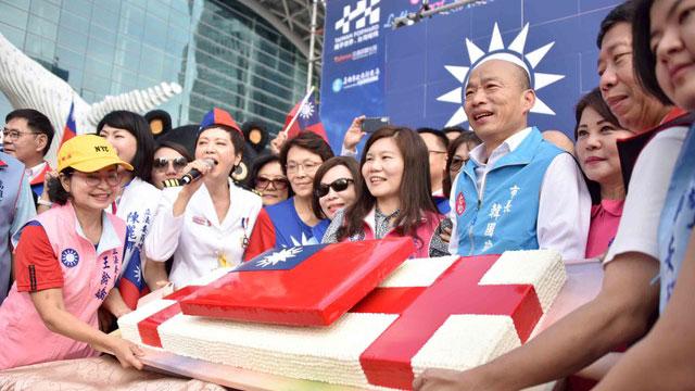 韩国瑜在高雄举办升旗典礼,现场旗海飘扬。(高雄市政府提供)