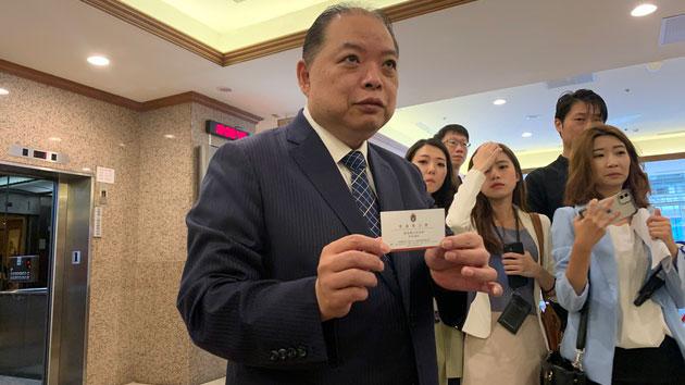 在台湾的国策顾问黄承国说明,说服陈同佳自首的政协委员管浩鸣牧师见台湾官员。(记者 黄春梅摄)