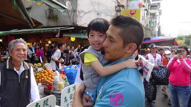 民进党立委候选人吴怡农市场拜票,男女老少通吃。(记者 夏小华摄)