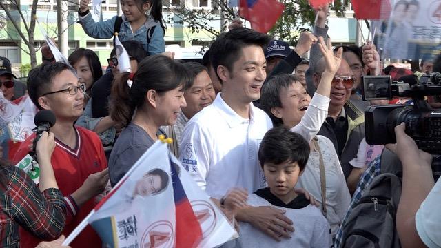 国民党立委候选人蒋万安偕同妻、子拜票展现高人气。(记者 陈明忠摄)