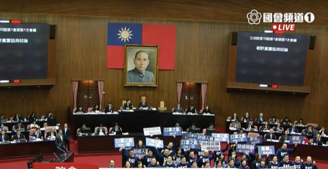 开议首日国民党团聚集在主席台前要求平息口罩之乱。(截图自国会频道)